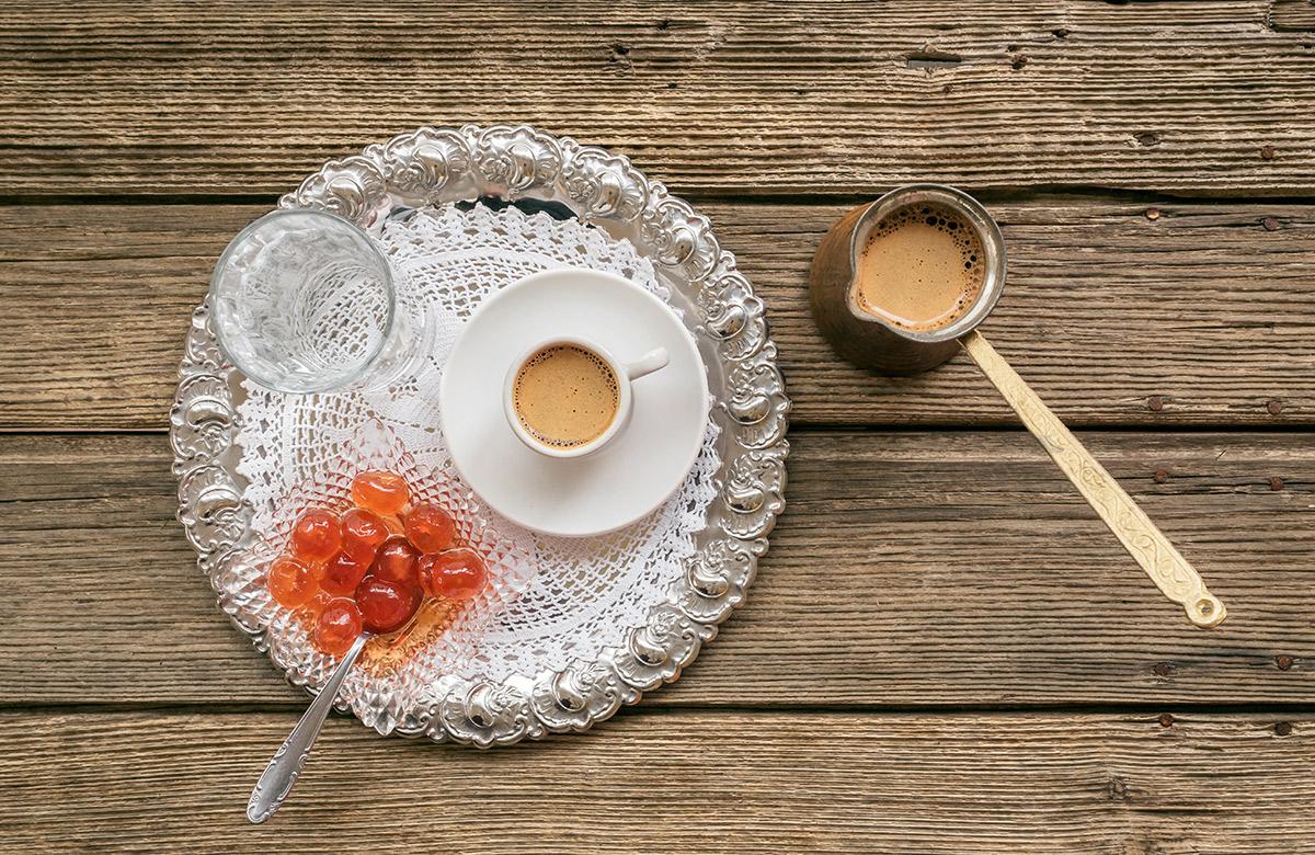 """Zum Kaffee wird meist eine griechische """"Löffelsüßigkeit"""" gereicht, die aus in Sirup gekochtem und eingelegtem Obst besteht."""