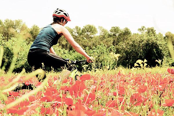Radfahren zwischen Blumen, Katalonien