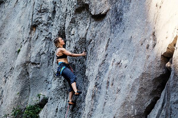 Konzentration beim Klettern am Fels