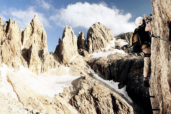 Kletterer am Klettersteig in den Dolomiten