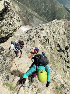 Bergsteigerinnen mit Helm am Stahlseil, Schweiz