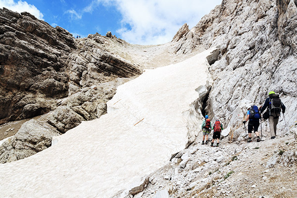 Klettersteig durch Schneefeld, Italien