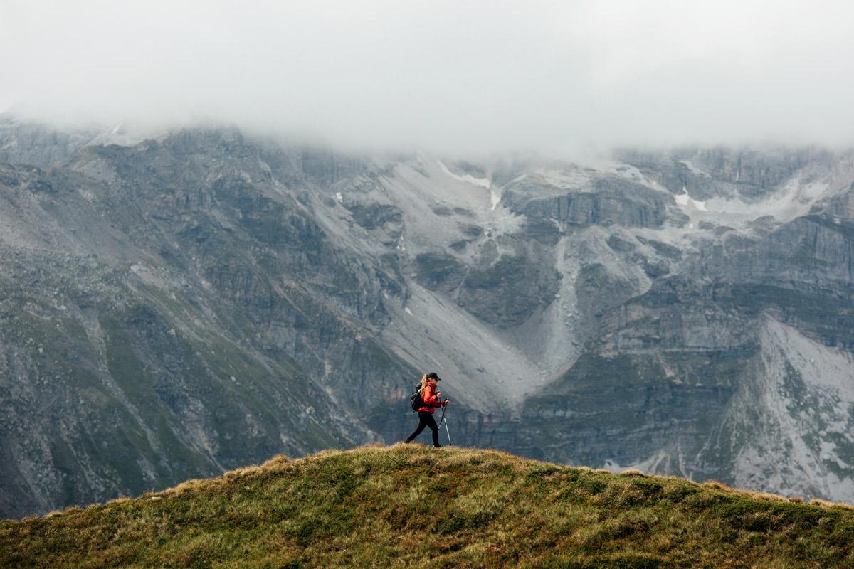 Frau am wandern vor Bergkulisse