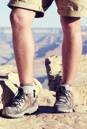 Outdoor Wanderschuhe mit niedrigen Schaft - Nahaufnahme der Beine des männlichen Wanderer, Grand Canyon Hintergrund