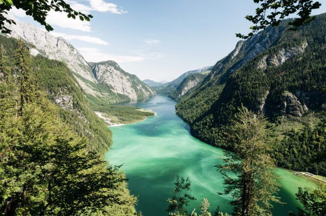 Türkis leuchtendes Wasser des Königsees, Deutschland