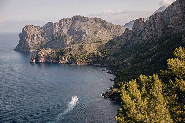 Boot im Meer nahe der Cala Tuent, Mallorca