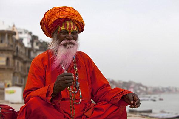 Mann in rotem Gewandt, Indien