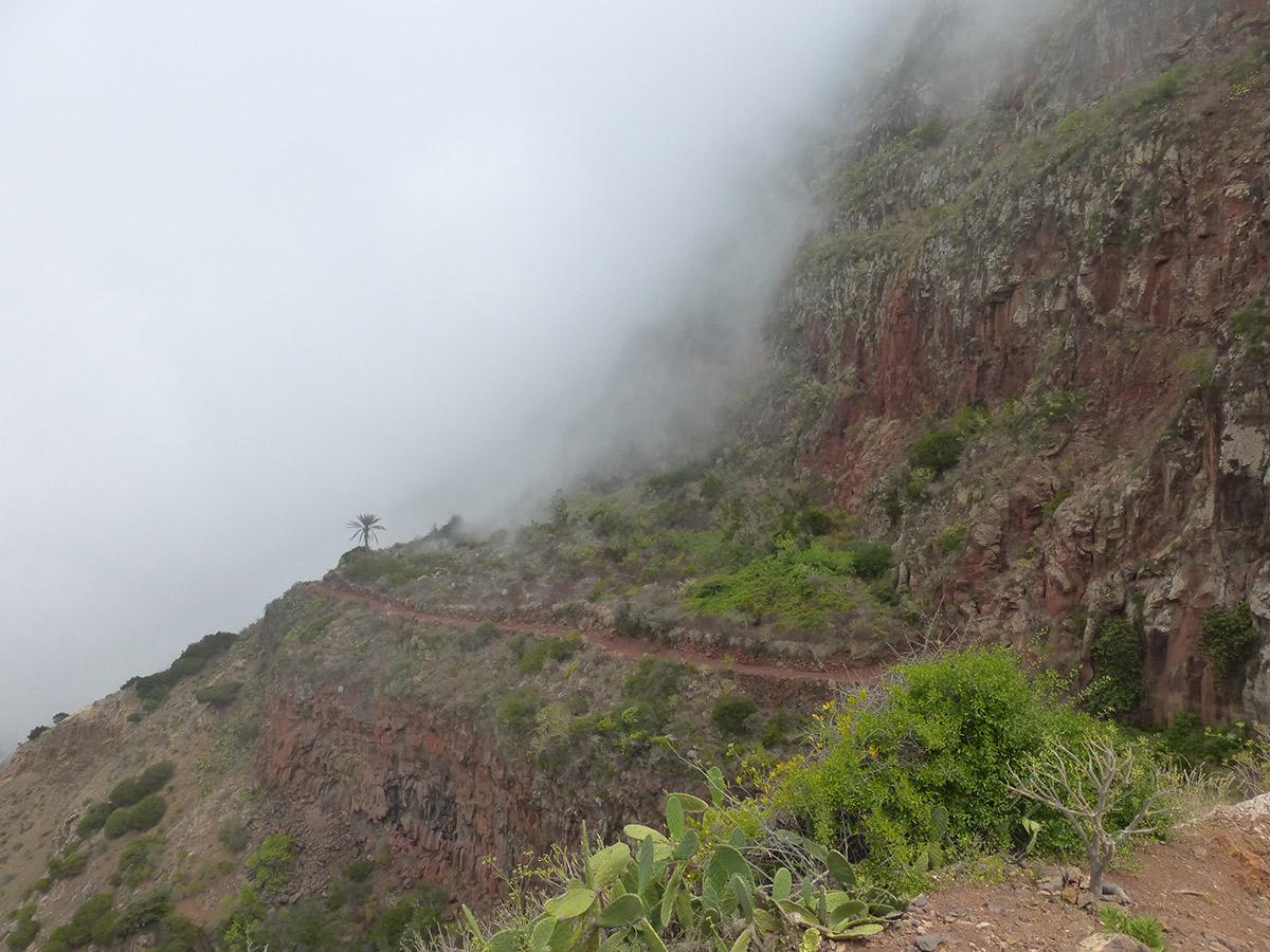 In den Wolken auf dem Weg oberhalb von Agulo