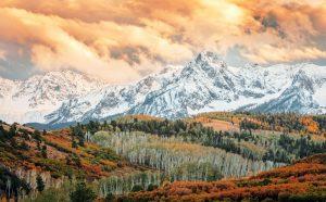 Herbstliche Wälder und die Bergkette Rocky Montains, Colorado, Kanada im Hintergrund