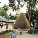Blaues Kinderrad im Dorf, Nepal