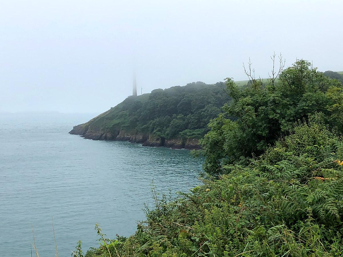 Leuchtturm im Nebel vor der Küste von Pembrokeshire