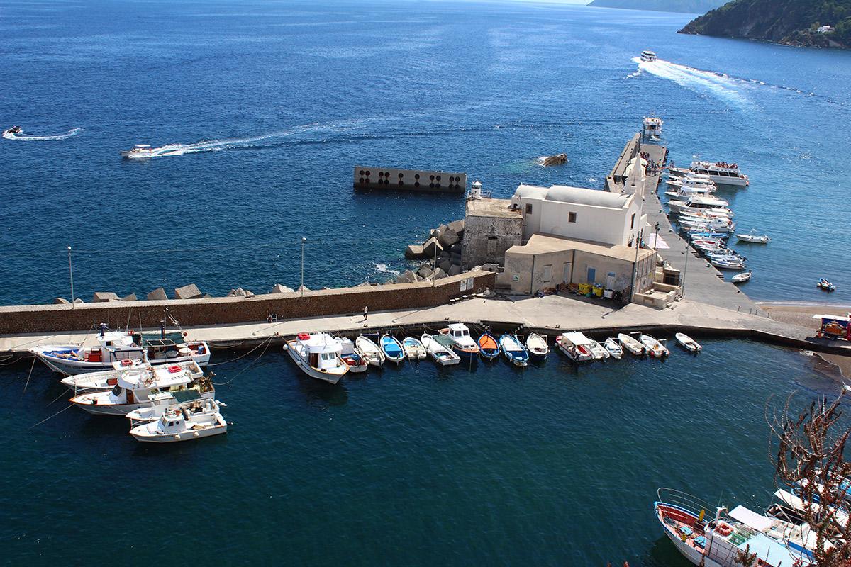 Der kleine Hafen von Lipari
