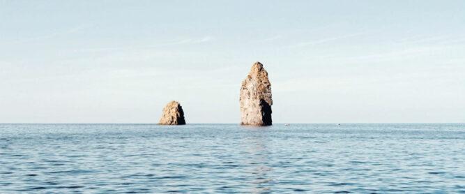 Felsformationen der Liparischen Inseln im Meer.