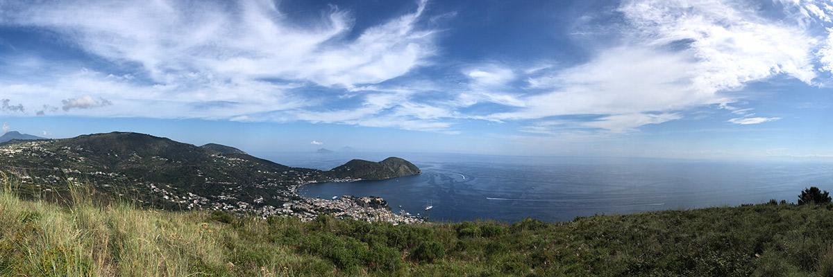 Auf dem Aussichtsberg von Lipari mit Blick zu den Inseln Salina, Panarea, Stromboli und Vulcano