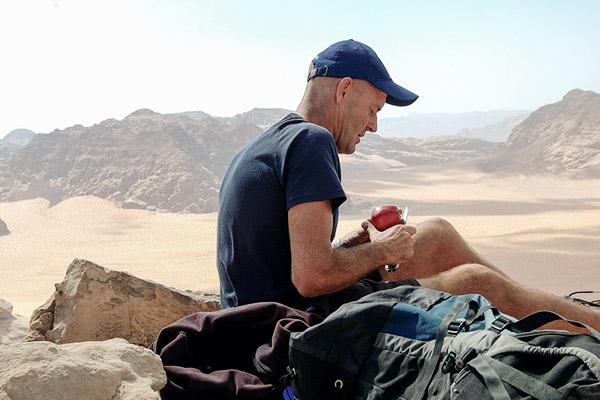 Wanderfuehrer mit Apfel, Wadi Rum Jordanien