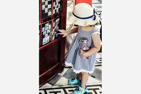Kleines Mädchen im Postamt von Hồ Chí Minh