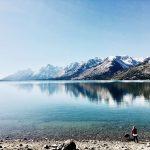See mit Blick auf die Berge im Grand Teton Nationalpark. © Makenzie Cooper