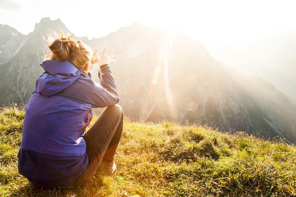 Sonnenuntergang Alpen mit Frau