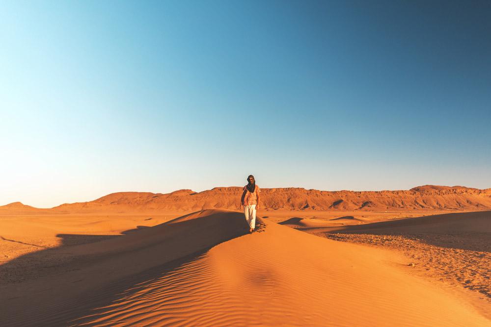 Frau auf Sanddüne