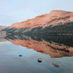 Stilles Wasser mit Blick auf die Berge, Yosemite Nationalpark. © Matt Thornhill
