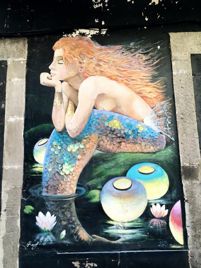 Kunstwerk Meerjungfrau mit Seerosen