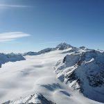 Weiße verschneite Gletscherfläche von oben