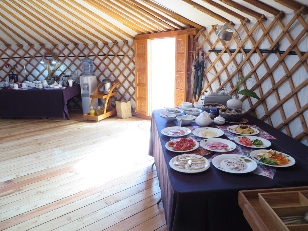 Jurte von Innen, Essen auf Tischen im Buffetstil