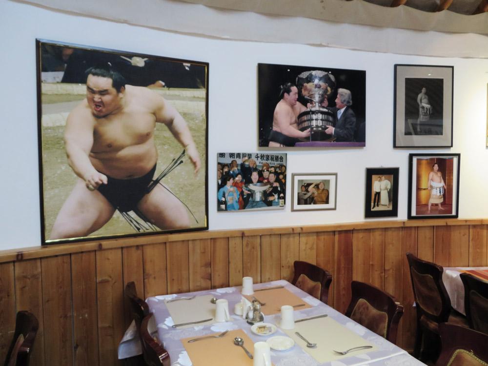 Bilder von Ringern an Wand in Restaurant