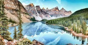 Moraine Lake, Bäume und Berge im Banff-Natoinalpark, Alberta, Kanada