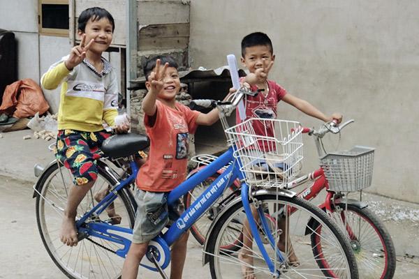 Kinder mit Fahrrad, Vietnam