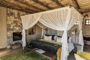 Ein Himmelbett in einer Holzhütte