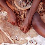 Ansicht auf Hände eines Kunsthandwerkers, der ein Armband herstellt