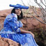 Frau mit azurblauem, viktorianischem Kleid
