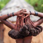 Besondere Frisur, Frauenkopf von hinten. Haare in Lehm gehüllt mit buschigen Enden