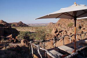Schräge Ansicht auf eine hölzerne Terasse. Steppe im Hintergrund