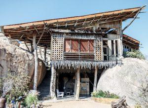 Hoch gestelltes Holzhaus auf Ästen