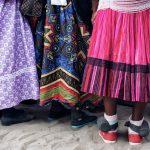 Nachansicht auf drei Röcke, bunte Farben und bodenlang