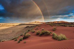 Regenbogen über einer Wüste, in der es regnet
