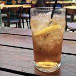 Getränk in einem hohen Glas, mit schwarzem Strohhalm