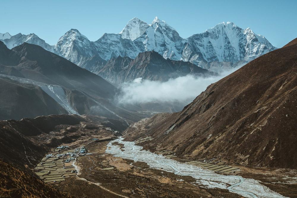 blick über flusstal mit gletscher im hintergrund