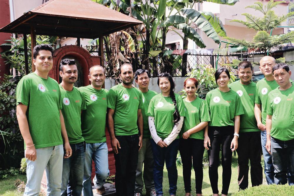 Gruppenfoto von Menschen in grünen ASI shirts