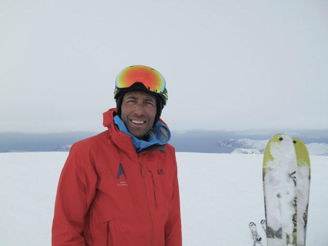 Martin Rainer schaut in die Kamera, lächelt. rote Jacke