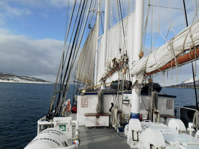 Ausblick von einem Segelboot, Blick auf Vorderseite Boot, Meer und Himmel mit einigen Wolken