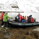 Viele Menschen, die aus einem Schlauchboot aussteigen
