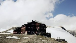 Oberwalderhuette auf Plateau mit Schnee, Hohe Tauern