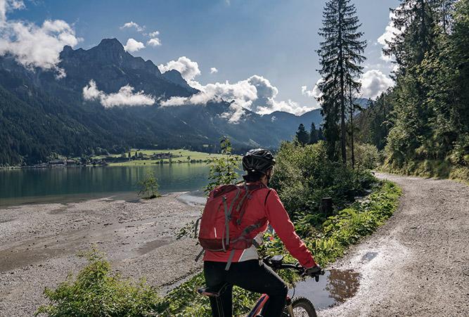 Frau auf einem Radweg nahe des Tannheim Tals