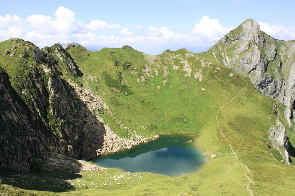 blauer see in grüner berglandschaft