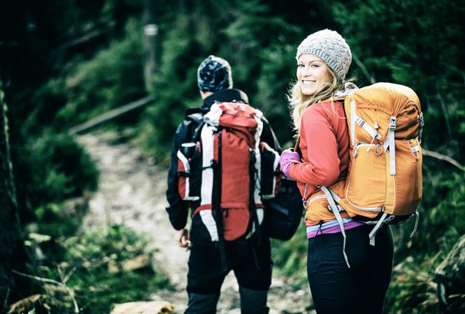 Junges Paar mit Rucksäcken im Wald, Tatra in Polen