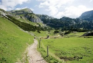 Zwei Wanderer auf angelegtem Wanderweg im Rofan-Gebirge, Österreich an einem Sommertag.