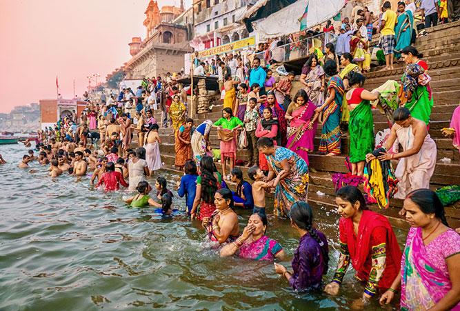 phaenomene-totenrituale-hinduismus-bad-im-ganges